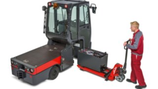 Changing the battery on a Linde tractor with the help of an M25 hand pallet truck