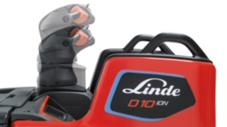 The height-adjustable control handle of the D10 FP from Linde Material Handling adapts the truck perfectly to the driver.