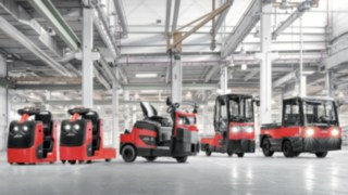Group picture with Linde tractors and platform trucks
