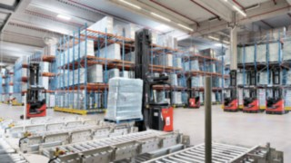 R-MATIC from Linde Material Handling transports a loaded pallet.