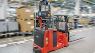 The automated L-MATIC AC pallet stacker from Linde Material Handling