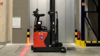 Red warning light on the automated R-MATIC reach truck from Linde Material Handling
