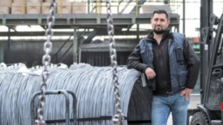 Forklift driver Özkan Erdogan in front of the E30 from Linde Material Handling