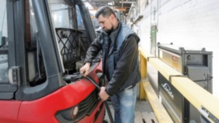 E30 electric forklift truck from Linde Material Handling at the charging station