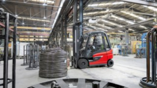 Linde E30 electric forklift truck stacks goods in the warehouse