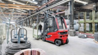 E30 electric forklift truck from Linde Material Handling transports goods in the warehouse