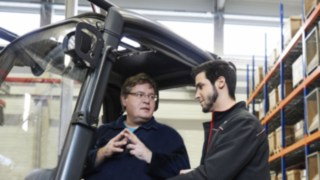 Training of a forkliftdriver by a Linde trainer