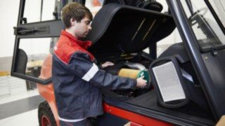 Service Employee of Linde on the vehicle
