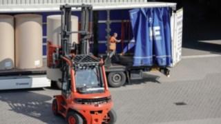 An industrial truck from Linde unloads a truck.