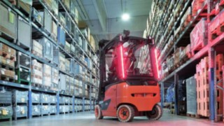 The innovative lighting concepts Linde VertiLight and Linde LED Stripes from Linde Material Handling offer a reliable way to improve safety in the warehouse.