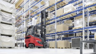 E30 electric forklift truck from Linde Material Handling organizes goods in the warehouse