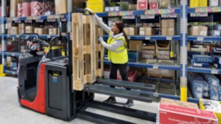 With the N20 series order pickers from Linde Material Handling, working on two levels is no problem at all.