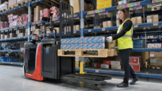 The N16 Li N20 series order picker from Linde Material Handling's Autolift feature automatically lowers the forks in proportion to the rising height of the load.