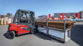 The X35 electric forklift truck from Linde Material Handling in operation