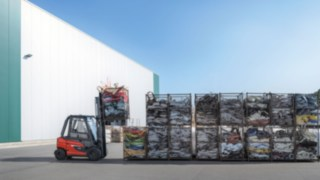 The X35 electric forklift truck from Linde Material Handling in outdoor use