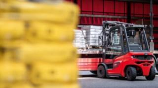 Linde forklift truck loading a truck