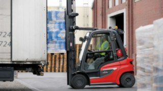 The H35 IC truck from Linde Material Handling loading a lorry