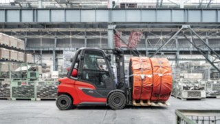 H30 IC truck transports goods in the warehouse