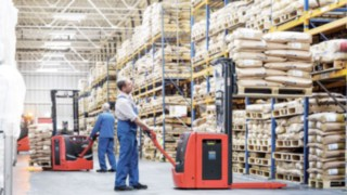 Linde pallet stacker with Linde Li-ION batteries in use in the warehouse