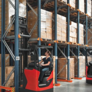 reach_truck-loading-retail-3959_4003