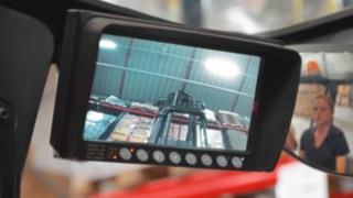The camera system mounted on the mast of Linde reach trucks helps the driver safely position the load in the rack.