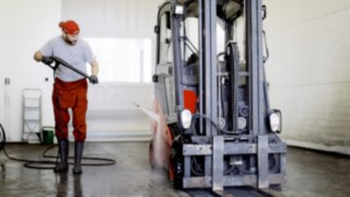 A Linde employee cleans the used forklift before the incoming check.