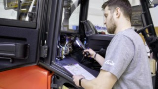 The Linde employee performs careful final checks of the quality of the refurbished used trucks.