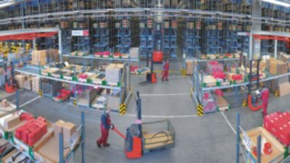 Material flow in a warehouse with equipment from Linde Material Handling