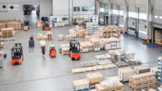 The very narrow aisle trucks from Linde Material Handling are networked and communicate with each other via the connect fleet management system.