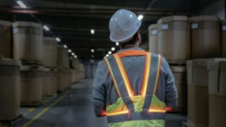 Employee wearing the Secure Distance Vest from Linde Material Handling in the warehouse