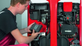 Technician retrofits a forklift truck with Linde components