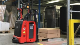 L-MATIC from Linde Material Handling places a pallet of packages in the rack.