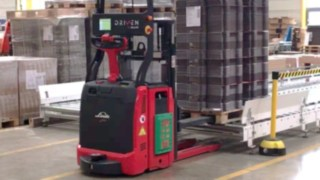L-MATIC from Linde Material Handling places a pallet on a conveyor belt