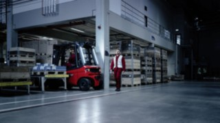 Linde forklift truck reverses safely with the aid of Linde Motion Detection