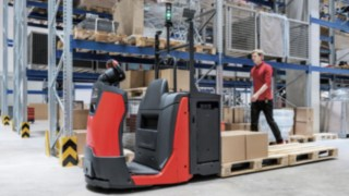 N20 with SA option from Linde Material Handling in use in the warehouse
