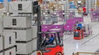 Linde electric forklifts and tractors with Linde fuel cell technology