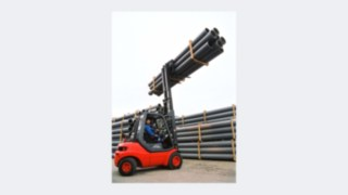 Forklift truck from Linde Material Handling's 351 product line lifting pipes.