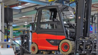 Sabine Neuß gives a speech on the occasion of delivering the 750,000th Linde Material Handling forklift truck to the customer.