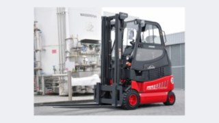 Linde Material Handling forklift truck with fuel cell drive in front of a hydrogen tank