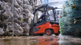 An electric forklift from Linde loads trees.