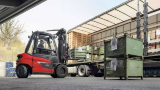X35 electric forklift from Linde unloads a truck.