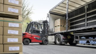 X35 electric forklift truck from Linde unloads a truck at EOT