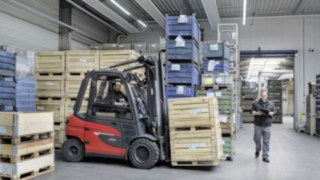 X35 electric forklift truck from Linde transports goods in EOT's warehouse