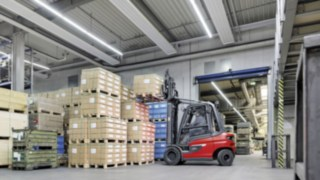 X35 electric forklift truck from Linde stacks goods in the EOT warehouse