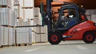 Linde IC forklift truck stacking materials