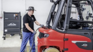 Employee loads the X35 electric forklift from Linde