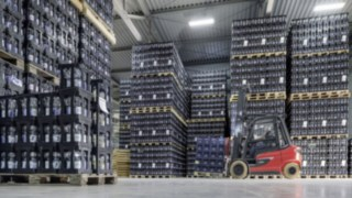 X35 electric forklift truck from Linde Material Handling transports drinks crates in the Ensinger warehouse