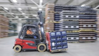 X35 electric forklift truck from Linde transports drinks crates in the Ensinger warehouse