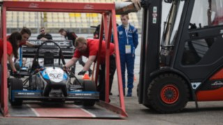 Linde rental truck lifts race car with special device