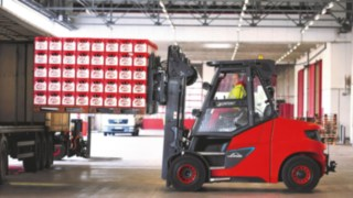 The lithium-ion forklift E80 from Linde Material Handling loads a truck with Früh Kölsch